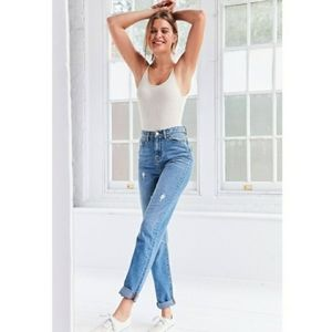 UO BDG High Waist Mom Jeans Light Wash 28